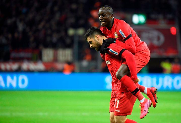 Kevin Volland (links) trug nicht nur zwei Tore zum Bayer-Sieg bei, sondern zwischendurch auch Moussa Diaby