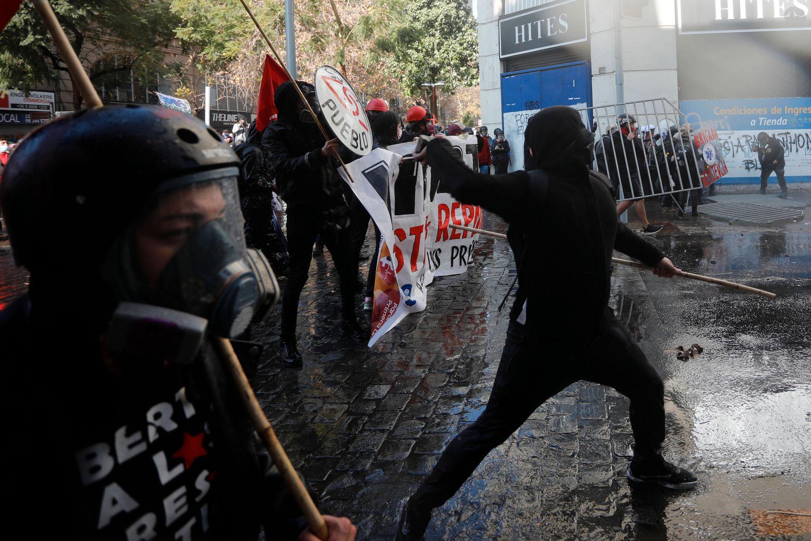Santiago, 4 de julio de 2021. Manifestantes se enfrentan a carabineros en la plaza de Armas mientras en el ex Congreso