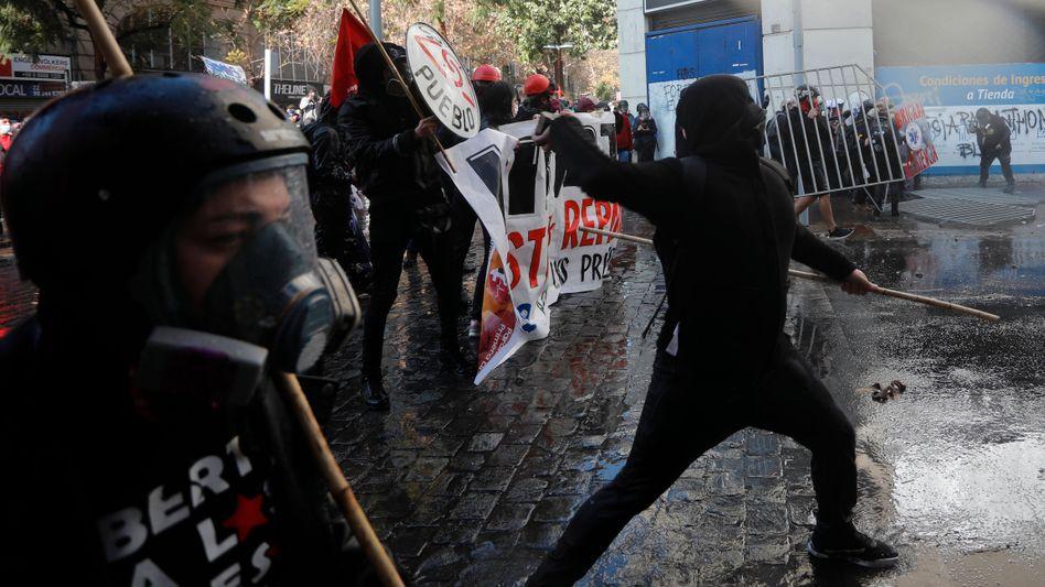 In Santiago sind linke und indigene Protestierende auf schwer bewaffnete Polizeieinheiten getroffen