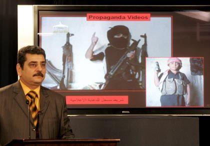 Kinder als Terroristen? Ein Sprecher des irakischen Innenministeriums präsentiert ein angebliches Video des Terrornetzwerks al-Qaida, in dem kleine Jungen zu Kämpfern ausgebildet werden.