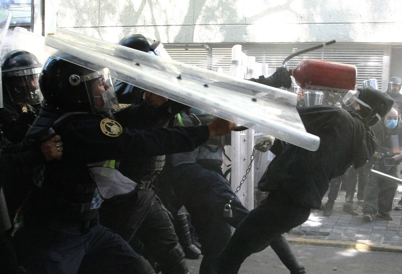 Demonstrators clash with police during a protest in front of the US Embassy in Mexico City, Mexico, 05 June 2020. Dozen