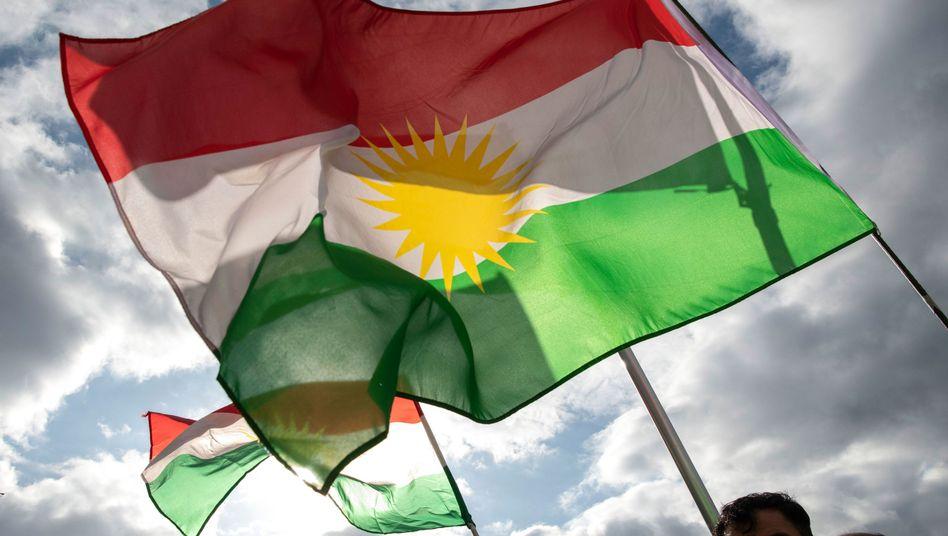 Demonstranten mit der Fahne der Autonomen Region Kurdistan