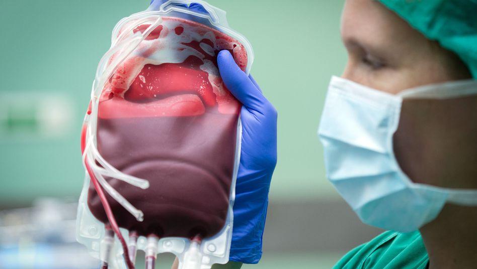 Blutkonserve in einem OP-Saal: Blutspenden können Leben retten