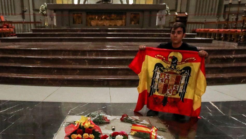 Das Grab von Francisco Franco mit Blumen