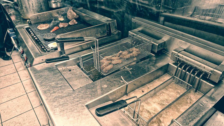 Grill- und Frittierstation in einem Imbiss