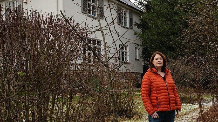 Autorin Julia Koch vor ihrem Haus im Nordhessischen