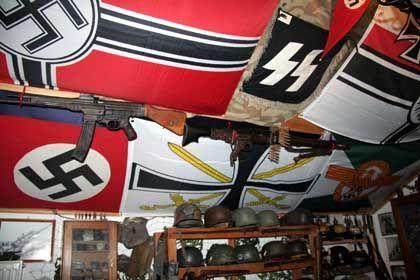 Razzia: Die Ermittler fanden diesen mit Nazisymbolen und Waffen vollgestopften Raum