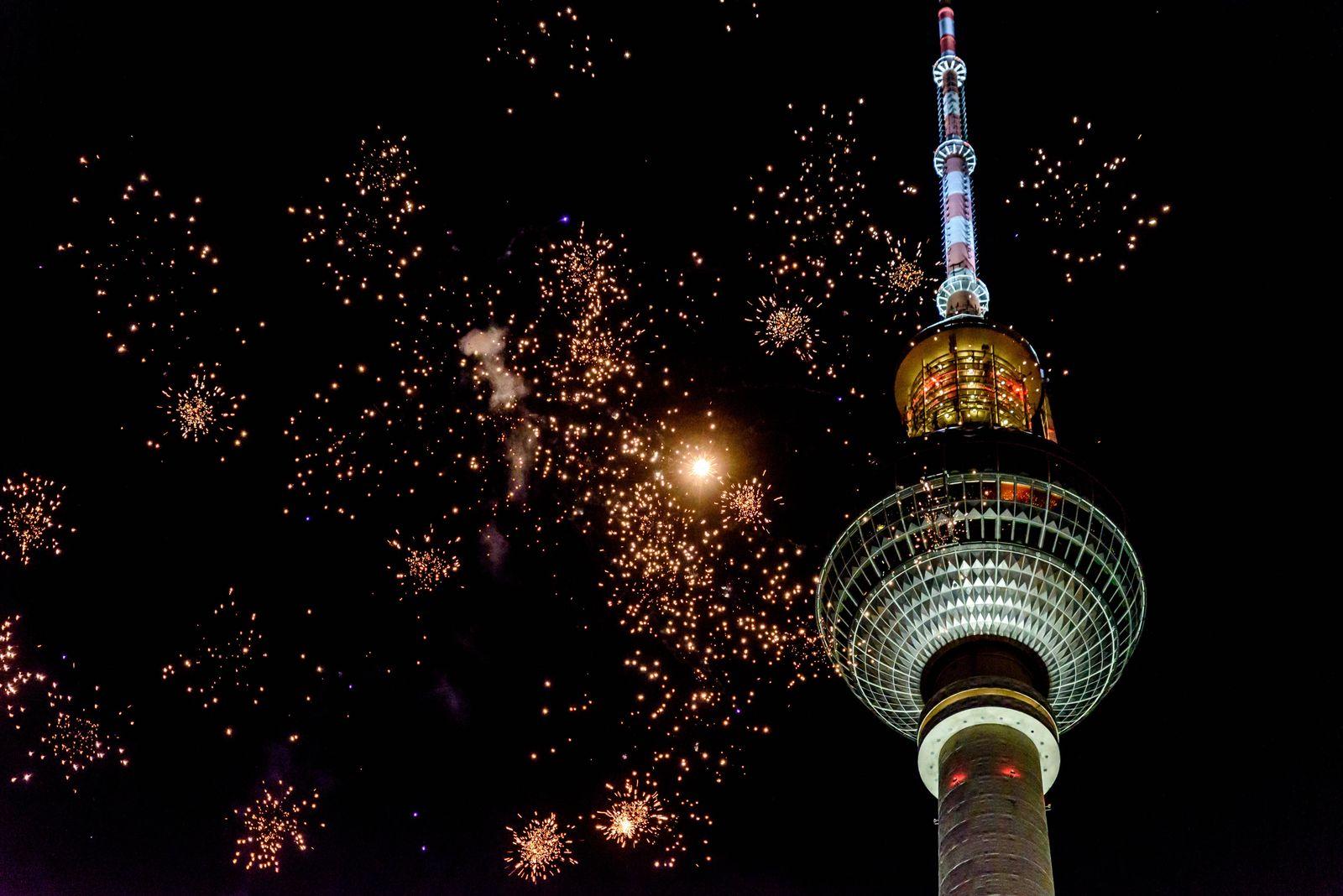 Feuerwerk vor dem Berliner Fernsehturm. / Fireworks in front of the Berlin TV tower. snapshot-photography/F.Boillot ***