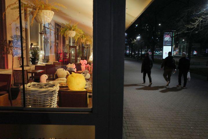 Ein geschlossenes Restaurant in Warschau am 11. April