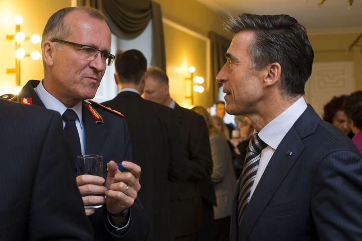 Cyberkommandeur General Ludwig Leinhos mit dem früheren Nato-Generalsekretär Rasmussen