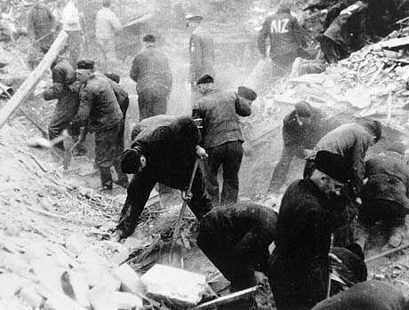 Zwangsarbeiter beim Trümmerräumen in der Stadt Osnabrück im August 1942