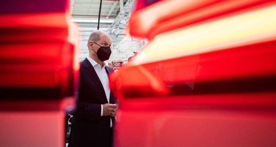 SPD-Kanzlerkandidat Olaf Scholz bei einem Besuch des Volkswagen-Werkes in Hannover
