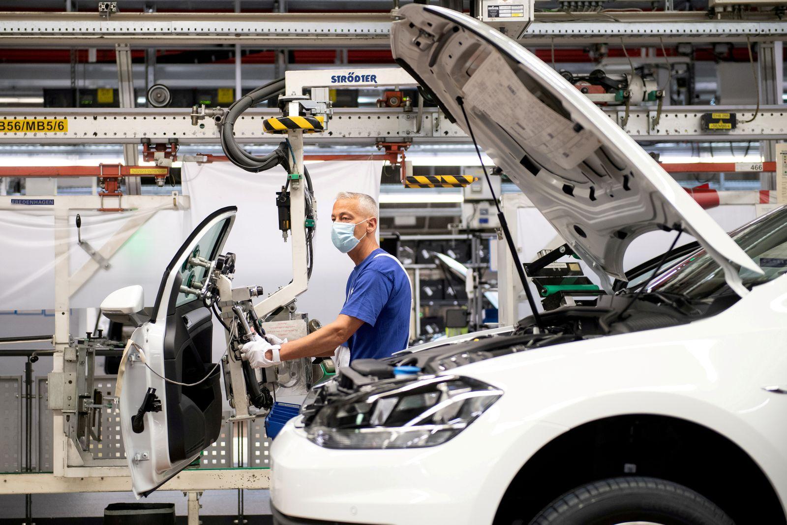 FILE PHOTO: VW re-starts Europe's largest car factory after coronavirus shutdown