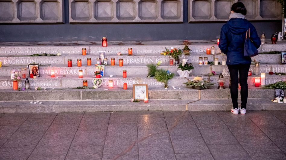 Tatort Breitscheidplatz: Eine Frau steht vor dem Mahnmal für die Opfer des Anschlags (Archivfoto)
