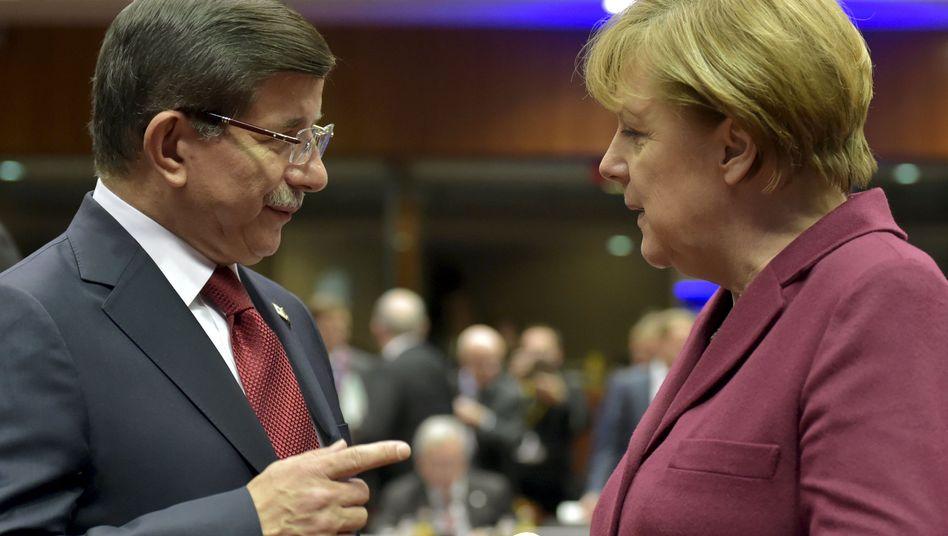 Der türkische Premier Davutoglu im Gespräch mit Merkel: Die Türkei verspricht Küstenschutz und Kampf gegen Schlepper