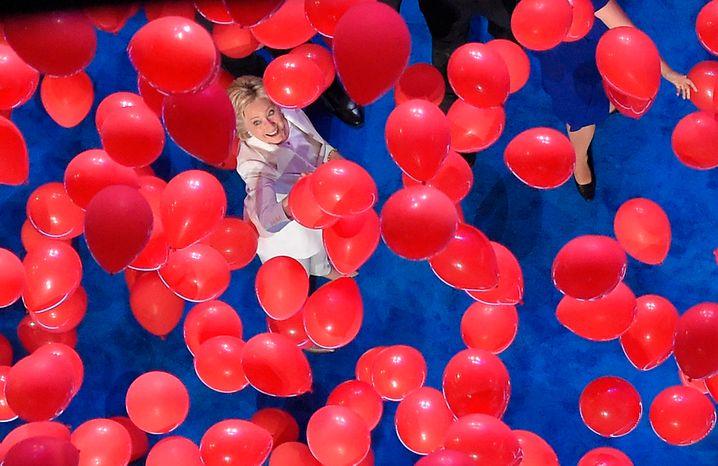Verloren in den Landesfarben: Hillary Clinton beim Parteitag 2016