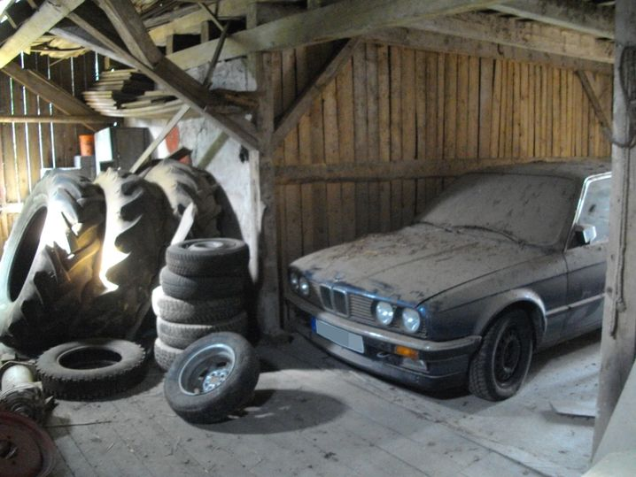 Der arktisblaue BMW 325e im Dornröschenschlaf