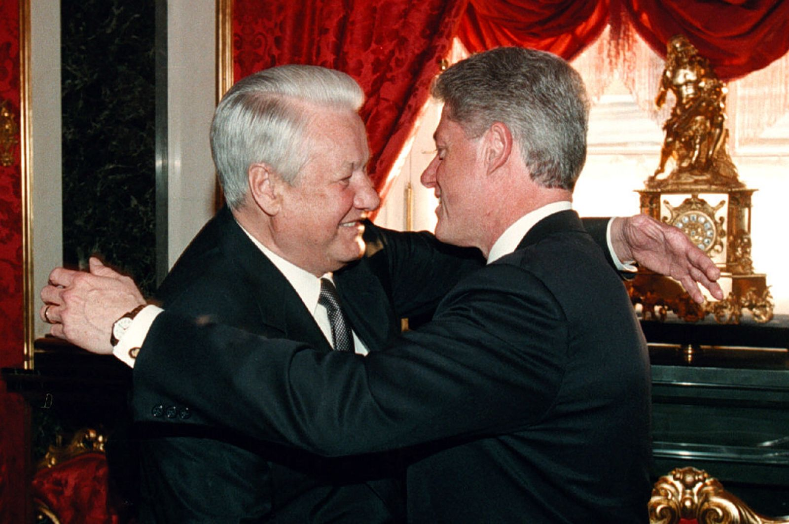 Russian President Boris Yeltsin (L) and his US counterpart Bill Clinton (R) embrace each other durin..