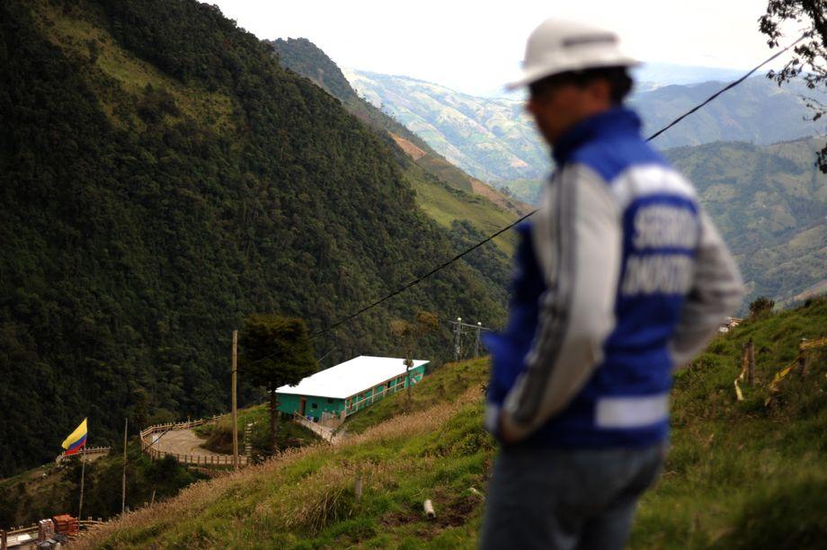 Ein Mitarbeiter von Anglo Gold Ashanti läuft in Tolima über das Gelände, auf dem die Mine La Colosa entstehen sollte