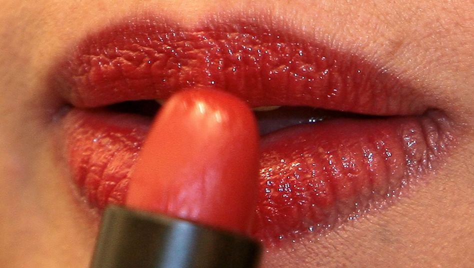 Was meinen Sie: Dürfen Frauen bei Tisch die Lippen nachziehen?