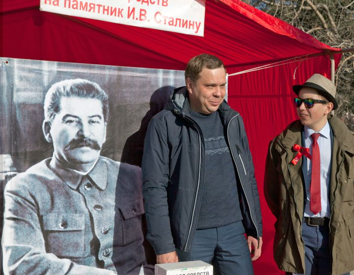Alexei Denisyuk together with Ruslan Laptev at a fundraiser for a Stalin statue in Novosibirsk.
