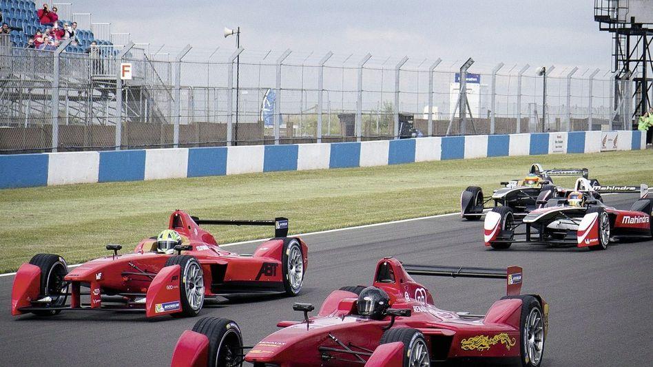 Formel-E-Testrennen in England, Wagenproduktion im französischen Villeneuve-la-Guyard Formel-E-Testrennen in England, Wagenproduktion im französischen Villeneuve-la-Guyard