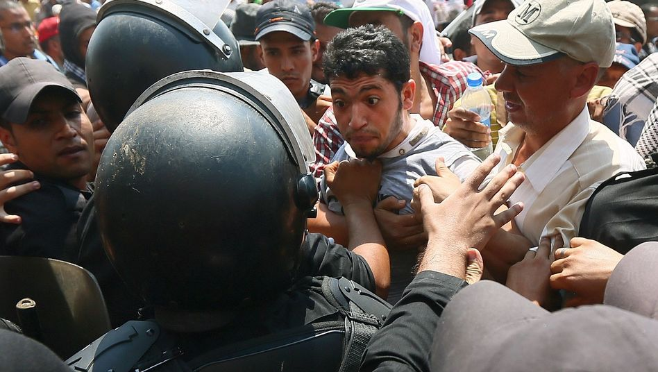 Sicherheitskräfte und Demonstranten in Kairo: Furcht vor Kettenreaktion