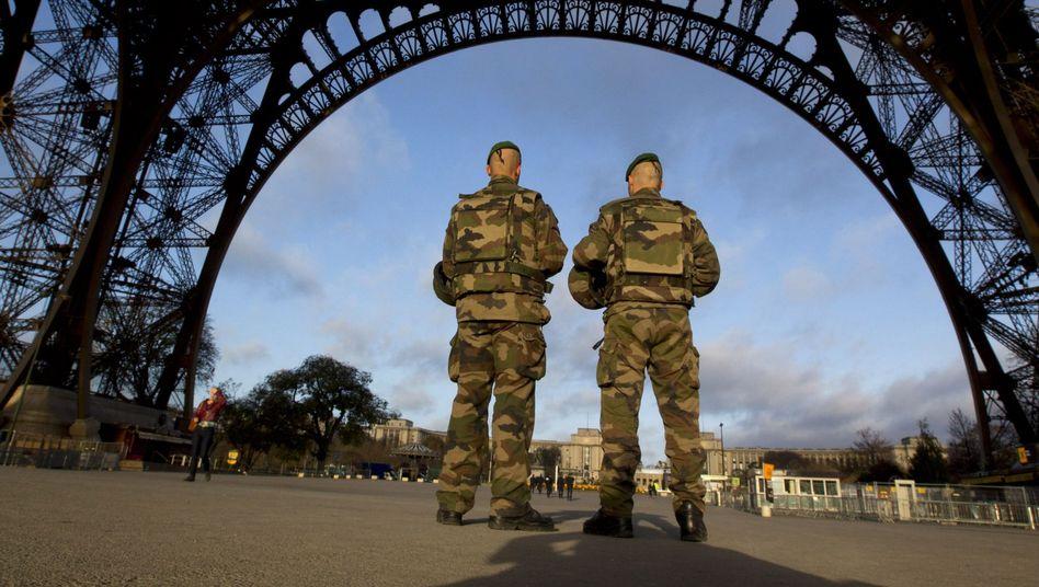 Französische Soldaten vor dem Eiffelturm: Verschärfte Sicherheitsmaßnahmen