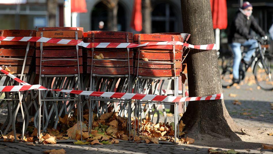 Stühle einer geschlossenen Kneipe in Köln (Archiv): Hohe Ausgaben für Corona-Hilfen