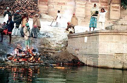 Traditionelle Leichenverbrennung am Ganges