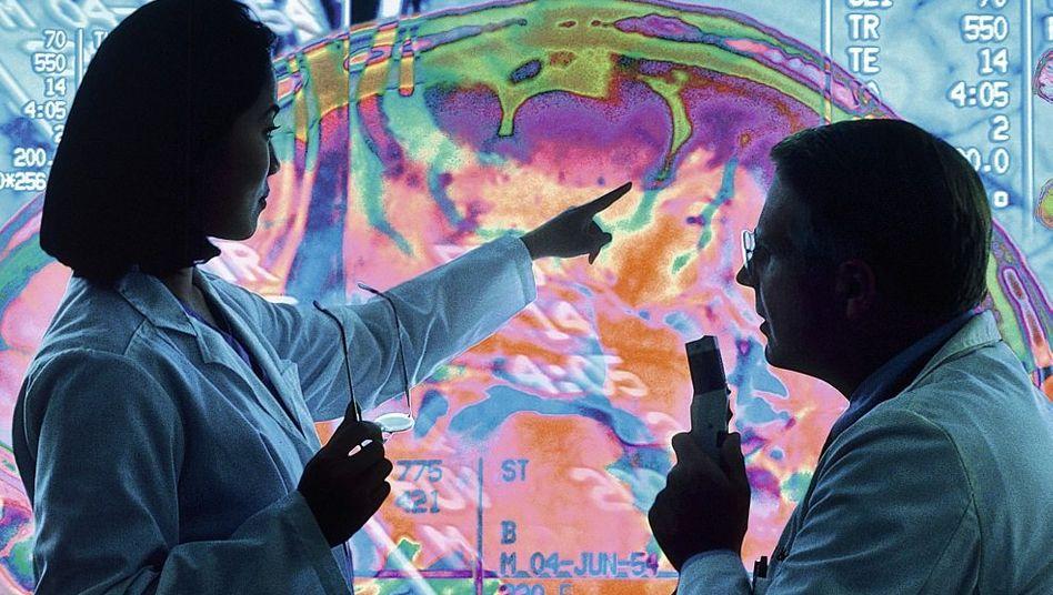 Forscher vor CT-Bild eines Gehirns