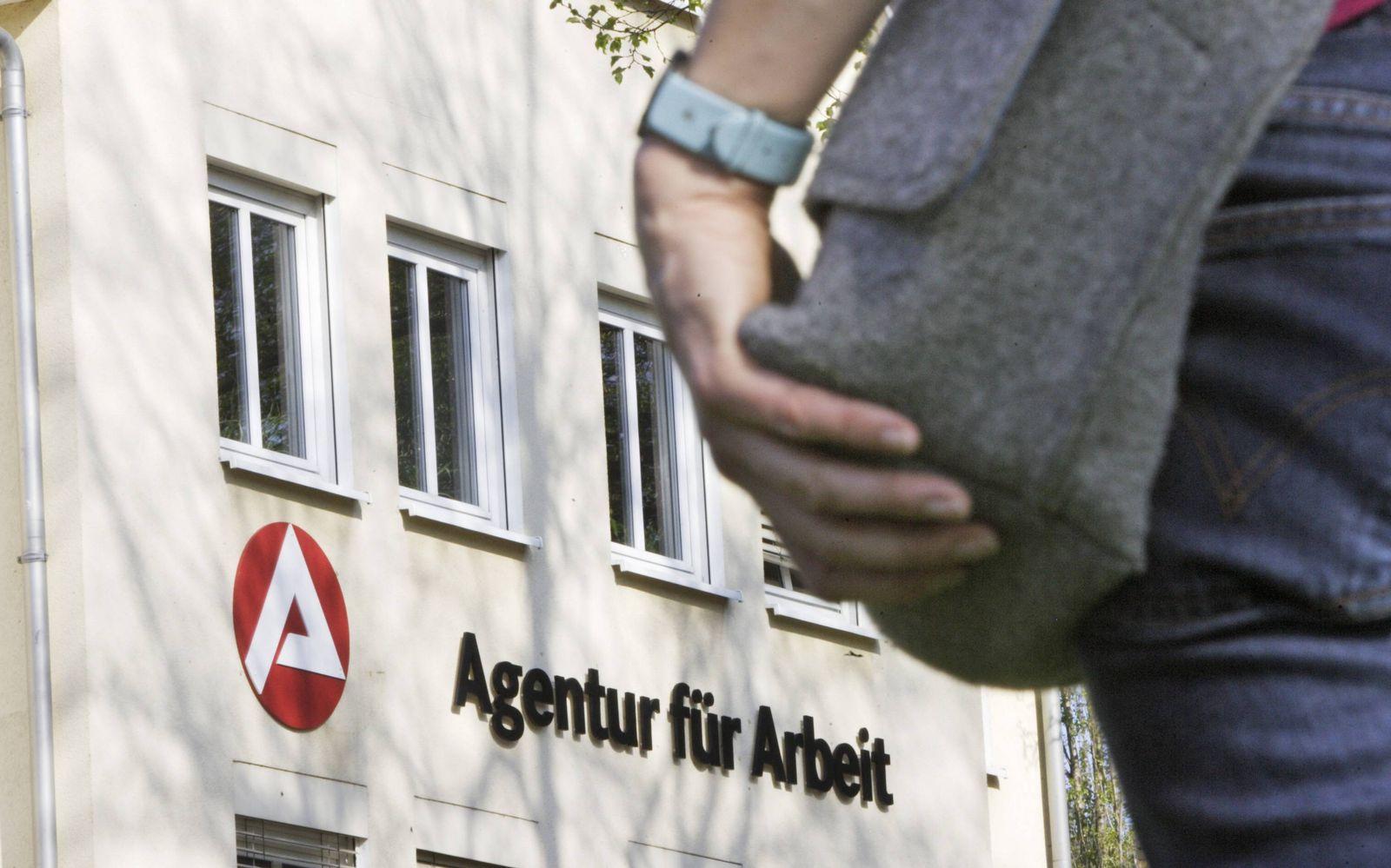 EINMALIGE VERWENDUNG Ostdeutschland Abwanderung / Arbeitsamt / Agentur Arbeit / Arbeitsagentur