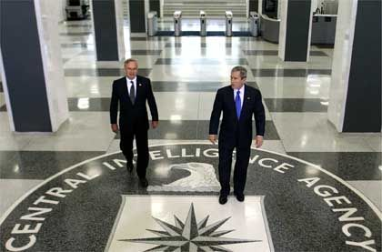 """US-Präsident George W. Bush (r.) mit CIA-Chef Porter Goss: Die """"Intelligence Agency"""" durch intelligente Web-Recherche enttarnt"""