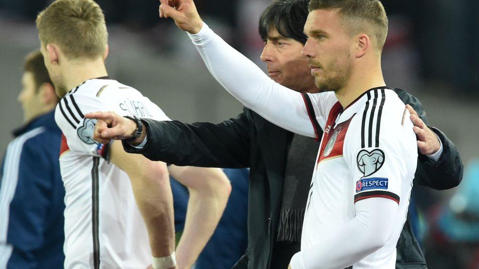 """Bundestrainer Löw, Spieler Podolski (r.): """"Mindestens 30 bis 40 Spiele"""""""