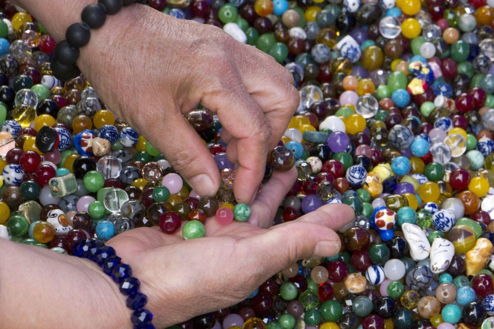 NUR FÜR SPAM Coloured stones