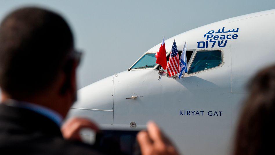 """Die Maschine der Fluggesellschaft El Al - mit Flaggen Bahrains, Israels und der USA und dem Wort """"Frieden"""" auf Arabisch, Englisch und Hebräisch."""