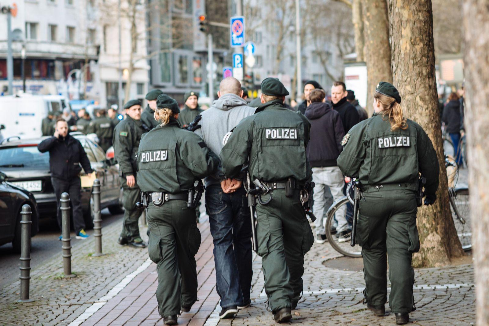 Schwere Randale vor Fußballspiel in Köln