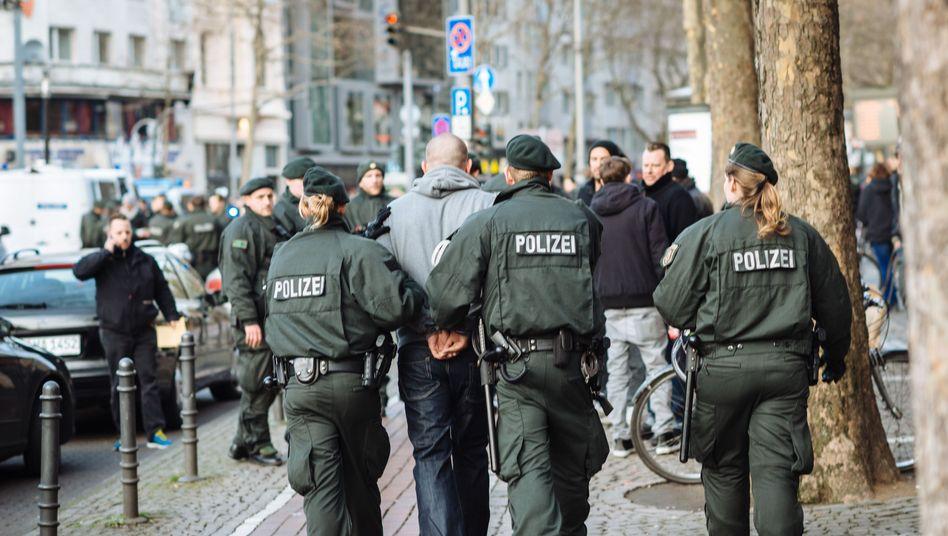 Polizisten mit gewalttätigem Fan: Null Provokation statt null Toleranz