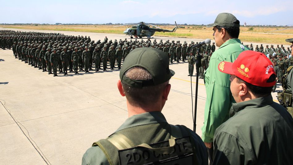 Präsident Nicolas Maduro vor Militärparade (Archiv)