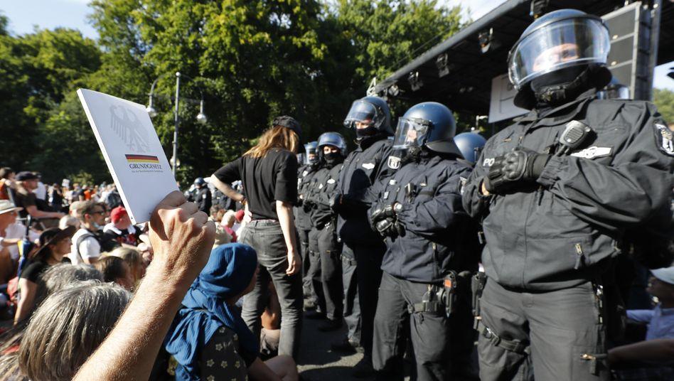 Straße des 17. Juni in Berlin: Kundgebung nach der Demo gegen die Corona-Politik