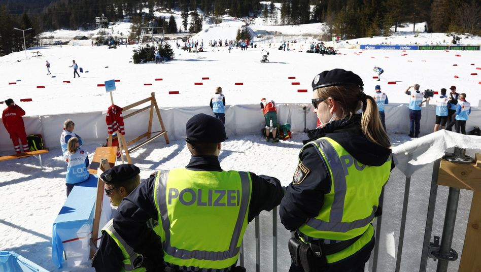 Polizei an der Langlaufstrecke von Seefeld