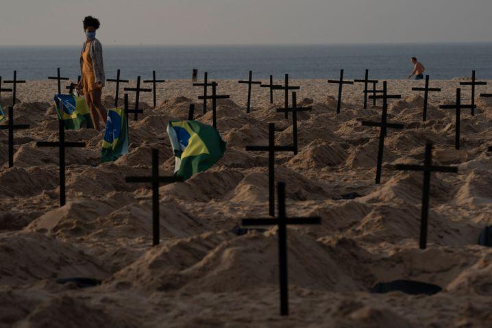 In Brasilien wurden aus Protest gegen die Corona-Politik der Regierung am Strand von Copacabana 100 Grabkreuze aufgestellt