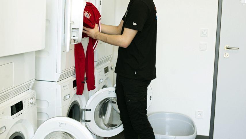 Nachwuchsspieler Denk im Waschraum des FC Bayern Campus