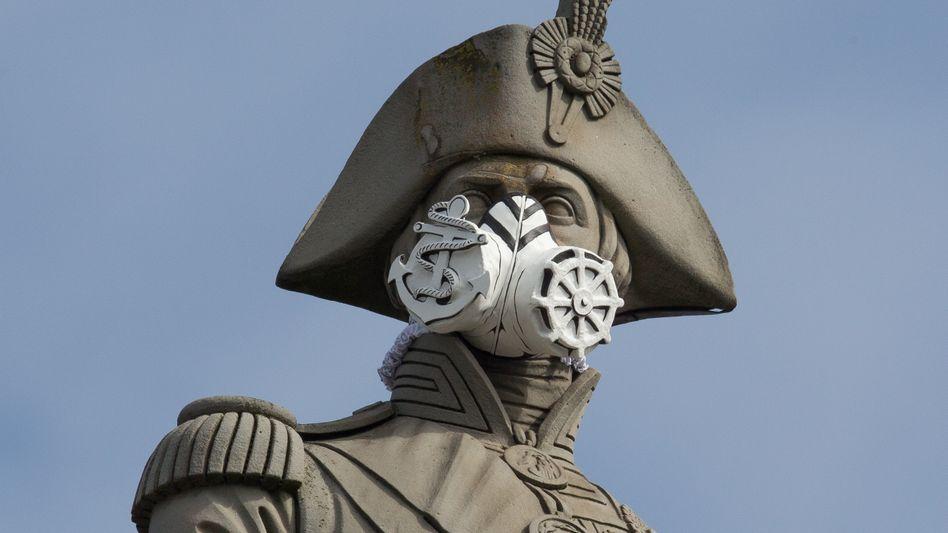 Lord Nelson am Trafalgar Square in London trägt Atemschutz