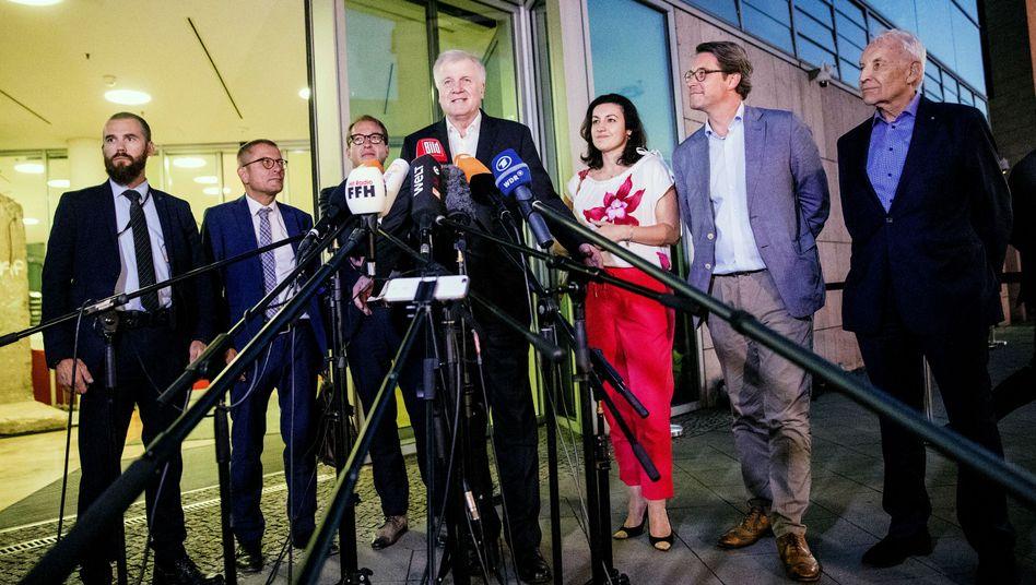 Horst Seehofer (CSU) mit Parteikollegen und Medienvertretern