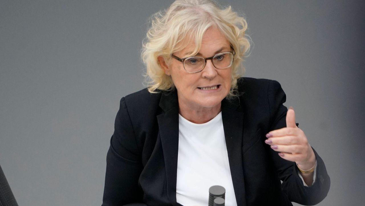 Justizministerin Lambrecht fordert Seehofer zum Einlenken auf...