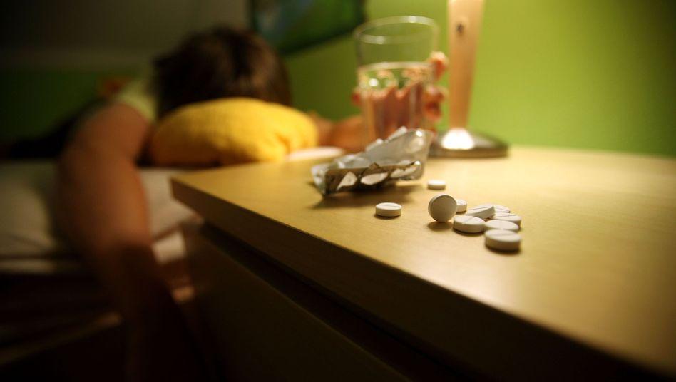 Schlaftabletten auf dem Nachttisch: Benzodiazepine können in kurzer Zeit abhängig machen