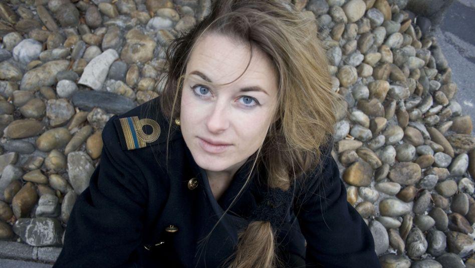 Schriftstellerin Teresa Präauer; Händeschütteln mit der Fliegerin