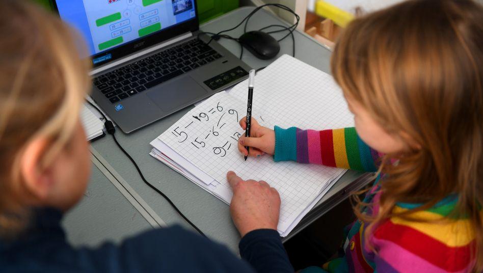 Eine Schülerin beim Online-Lernen (Symbolbild)