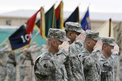 """US-Soldaten bei einer Zeremonie in Bagram: """"Fataler Einkaufsbummel"""""""